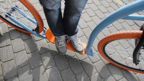 Ustawienie stóp na hulajnodze dla dorosłych