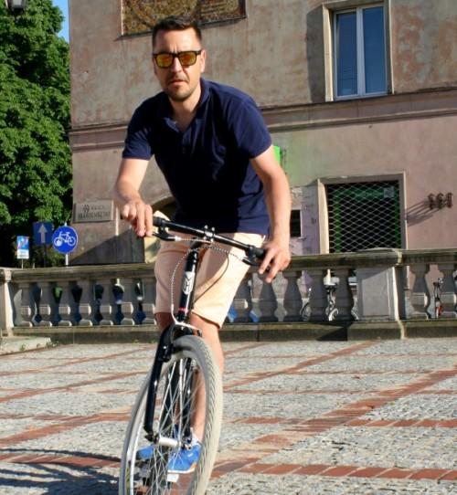 Bartek, jeździ na rowerze odkąd pamięta. Miłośnik podróżowania i wszelakich środków lokomocji.